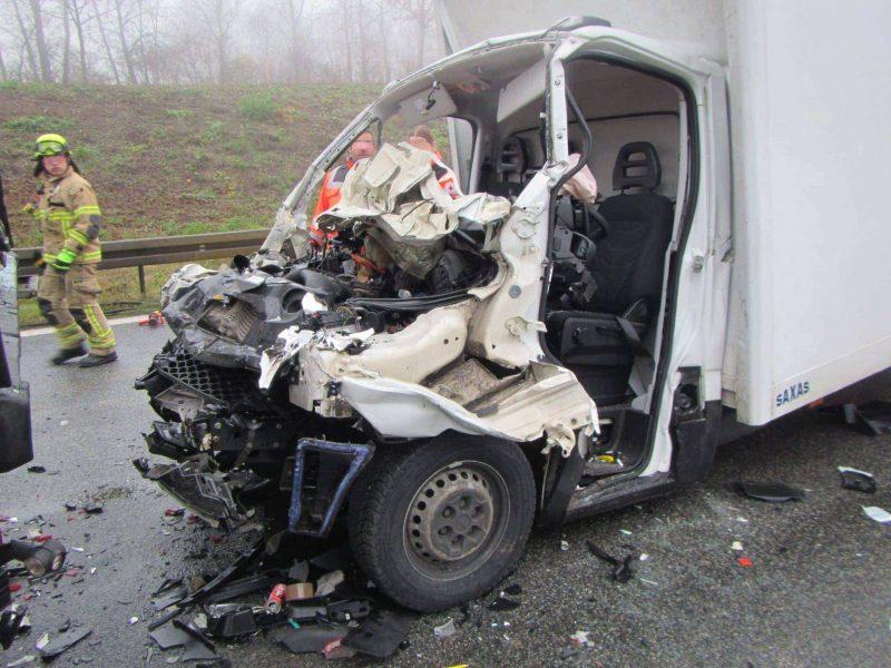 Schwerer Verkehrsunfall auf der A3 Bei Ausfahrt Universität Kleintransporter auf LKW aufgefahren