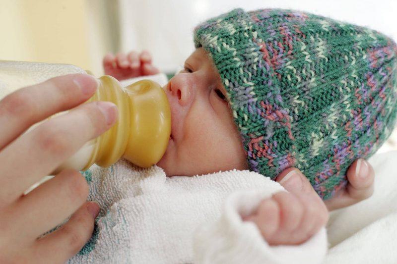 Erfolgreiches Hilfsprojekt für Frühgeborene in St. Hedwig Regensburg: Strickgruppen stellen Kleidung in Minigrößen her. Stricken für Frühchen