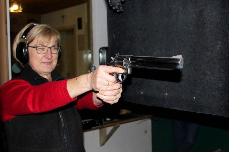 Roswitha Pielmeier aus Altenthann ist 2019 wieder Deutsche Meisterin im Großkaliber Die Meisterin an den großen Waffen