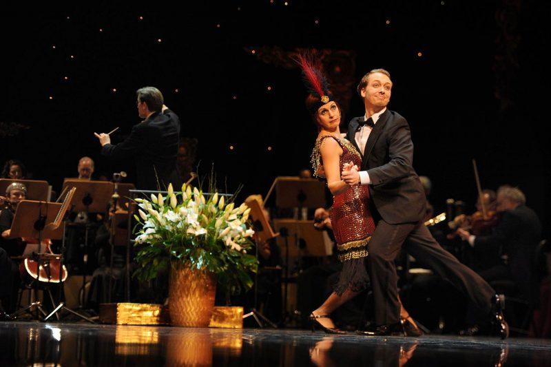 Regensburg: Theater am Bismarckplatz verwandelt sich in prächtigen Tanz-Tempel Ballgäste im Charleston-Fieber