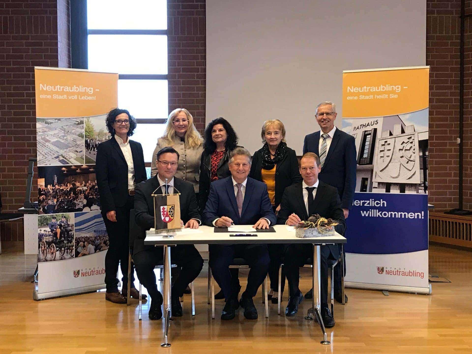 Stadt Neutraubling schließt Fernwärmegestattungsvertrag mit der Rewag ab Partnerschaft ausgebaut