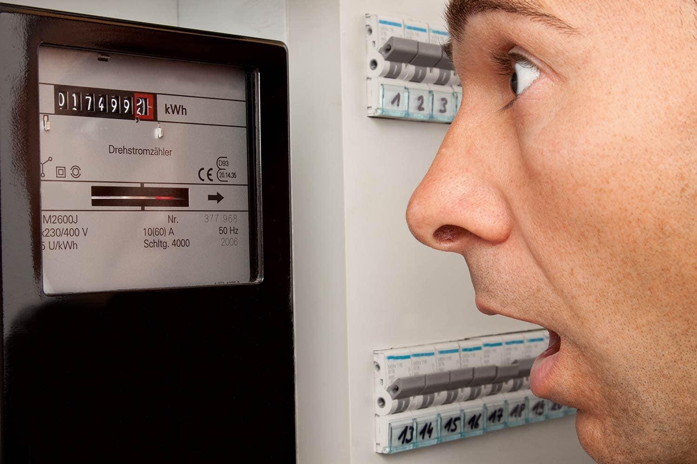 Regensburg: Energiedienstleister Rewag erhöht die Preise für Strom und Erdgas deutlich Weil Strom und Erdgas im Einkauf immer mehr kosten: Rewag-Kunden müssen tiefer in die Tasche greifen