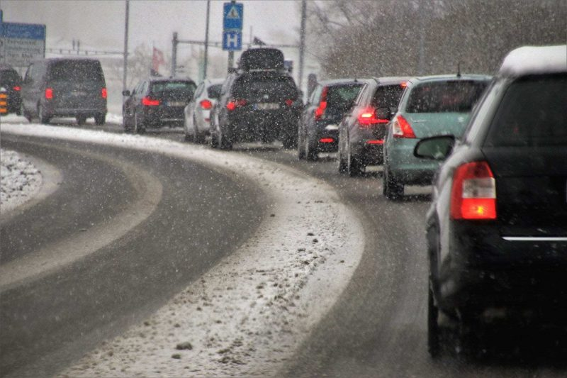 Der erste Schnee führt zu Glätteunfällen in der Oberpfalz Sicher unterwegs auf winterlichen Straßen