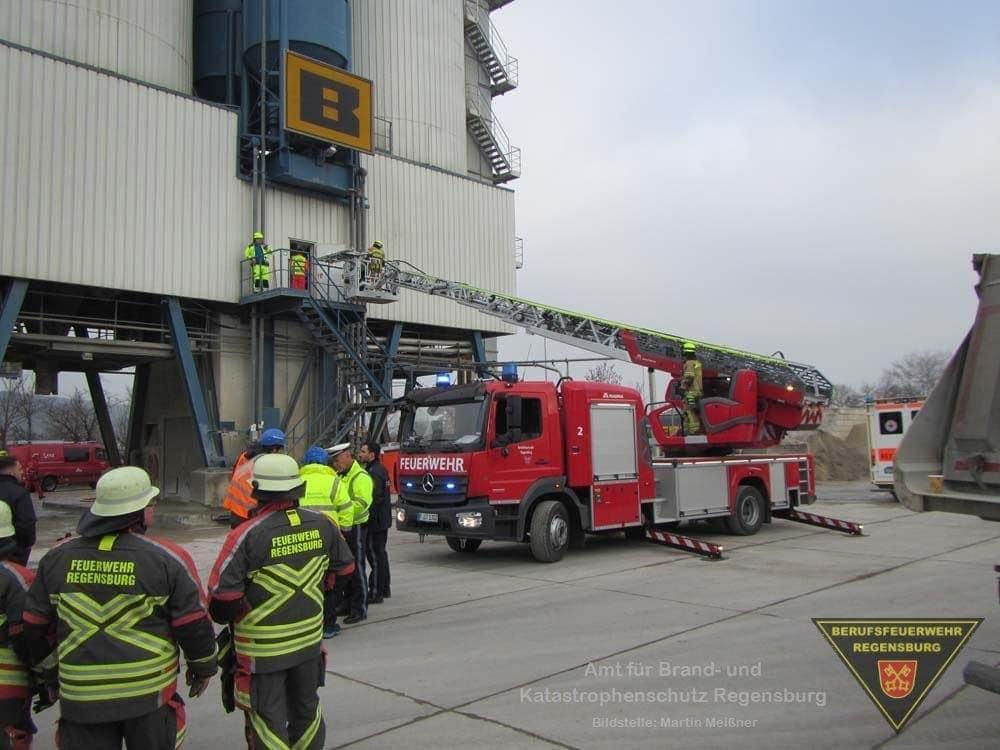 Zwei Personen wurden bei Arbeiten in einem Silo vom Sand begraben. Foto: Feuerwehr Regensburg/Florian Schimmich (FF Burgweinting)