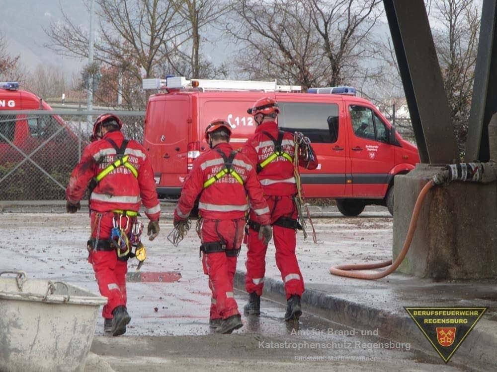 Löschzug und Höhenrettungsgruppe der Feuerwehr Regensburg bei ihrem Einsatz im Stadtosten. Foto: Feuerwehr Regensburg/Florian Schimmich (FF Burgweinting)