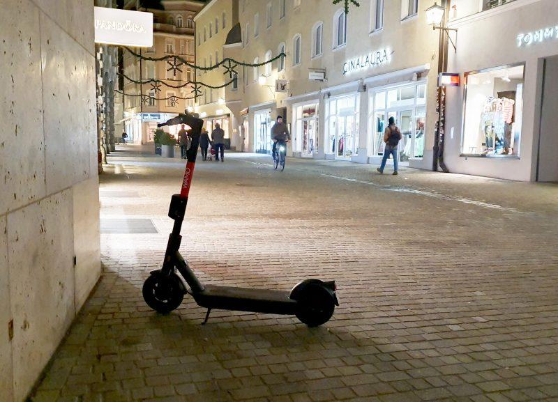 Noch wirken die nagelneuen Leihfahrzeuge in der Domstadt, wie hier in der Königsstraße, etwas verloren und ungewohnt