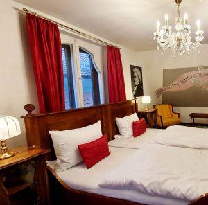 Jedes Zimmer individuell eingerichtet im Hotel zum Blauen Krebs über dem Restaurant Dicker Mann