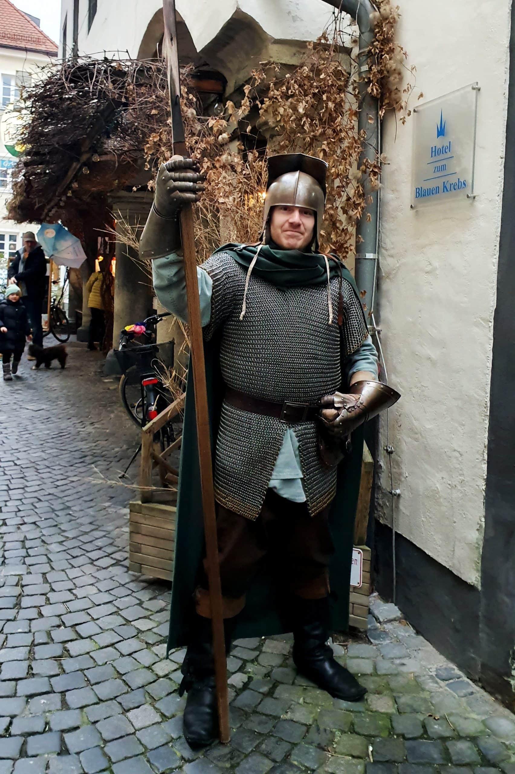 Ein Ritter der Stadtmaus wies Besuchern den Weg zum Hotel Blauer Krebs