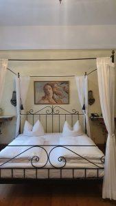 Romantische Schlafgemächer gab es in den Hotels in der Regensburger Altstadt zu besichtigen