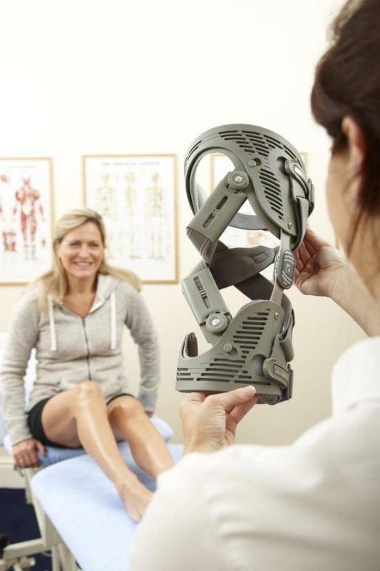 Im Sanitätshaus Zimmermann kann eine Knie-Orthese gratis getestet werden