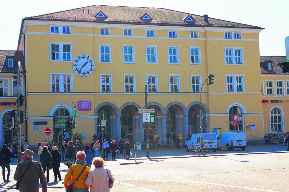 Chaos-Dienstag am Hbf? Fußballfans und Demos - viel zu tun am Dienstag für die Polizei am Regensburger Hauptbahnhof
