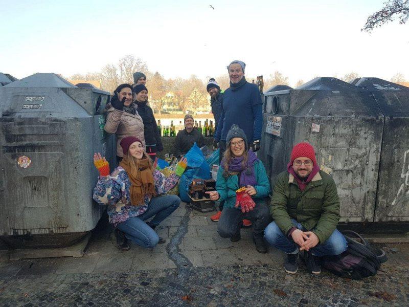 Regensburger Grüne sammeln Müll der Silvesternacht Sie wollen auf die massive Verschmutzung aufmerksam machen