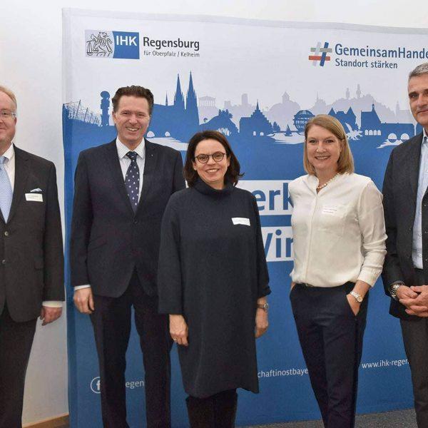 Regensburg: IHK, OTH, Unternehmen und Studierende diskutierten über Trends in der Personalarbeit Wie künstliche Intelligenz und Menschen zusammenarbeiten