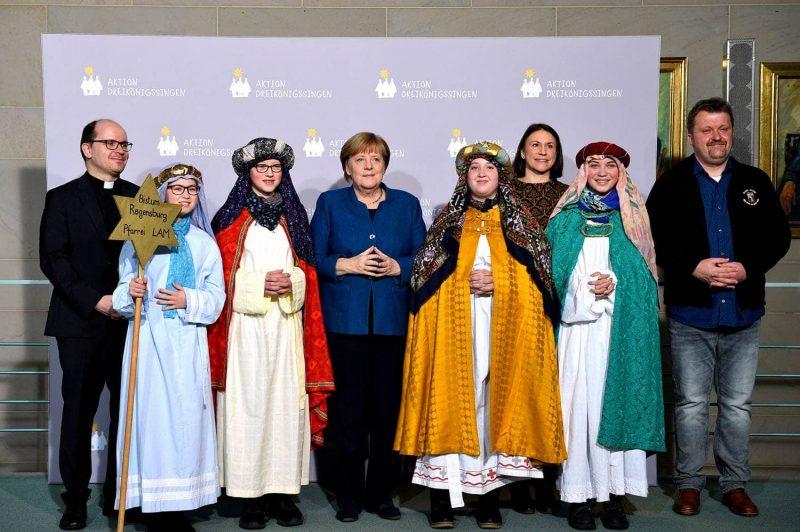 Angela Merkel empfängt Sternsinger aus dem Bistum Regensburg Königliche Gäste bei der Bundeskanzlerin