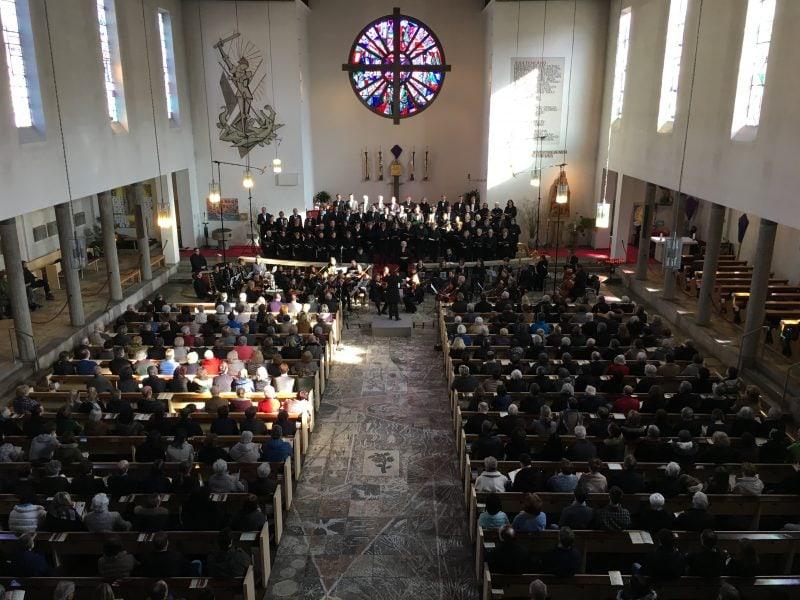 Passionskonzert in der Pfarrkirche St. Michael Neutraubling Blizz Leserreporter: Stimmungsvoll durch die Passionszeit
