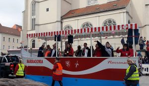 Landrätin Tanja Schweiger auf dem Wagen der Narragonia