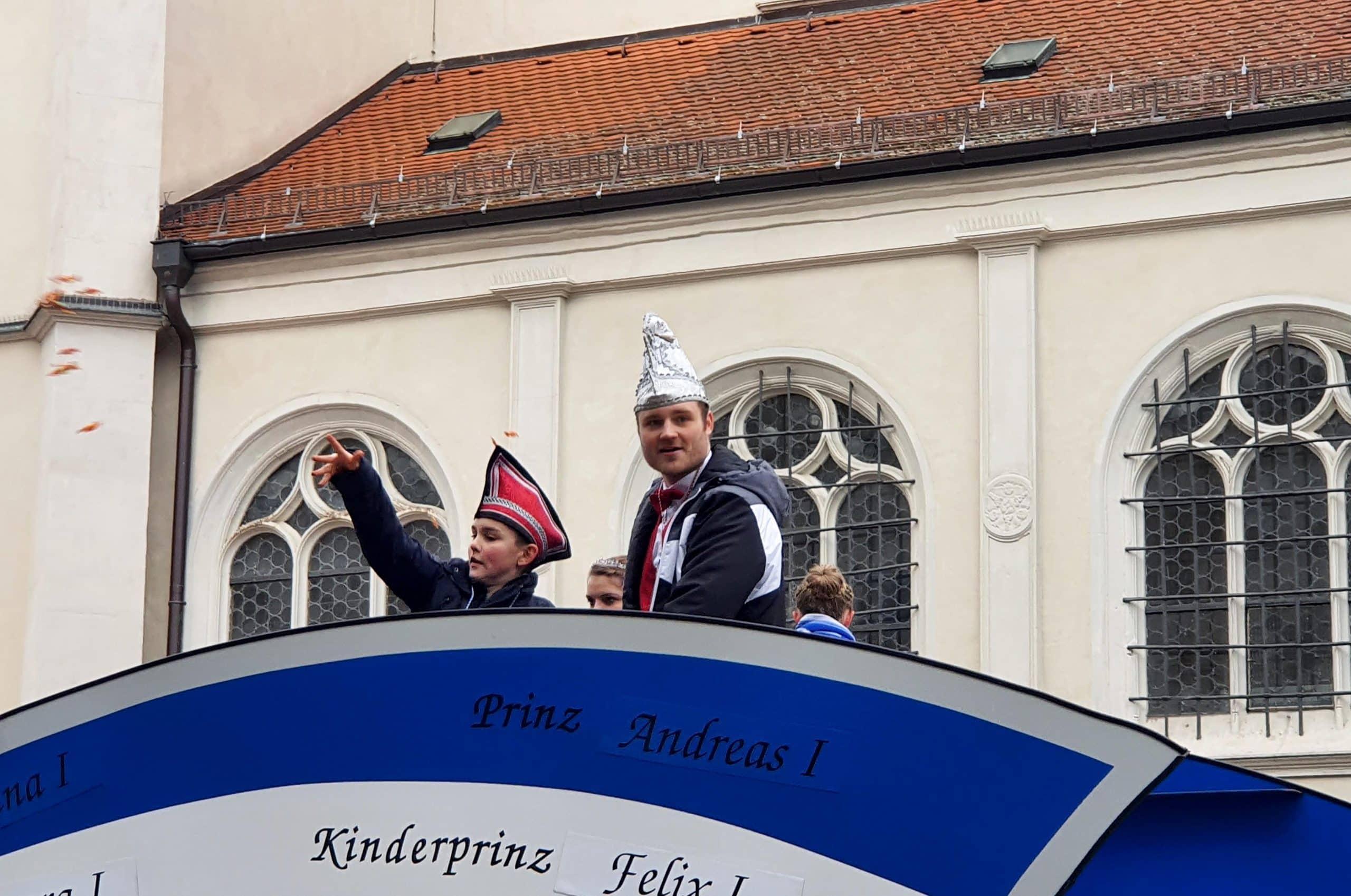 Prinzen Andreas I. und Felix I. verteilten fleißig Bonbons ans Volk