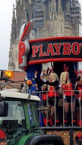 die Faschingsfreunde Leitenhausen fuhren ihre Playboy-Bunnys spazieren