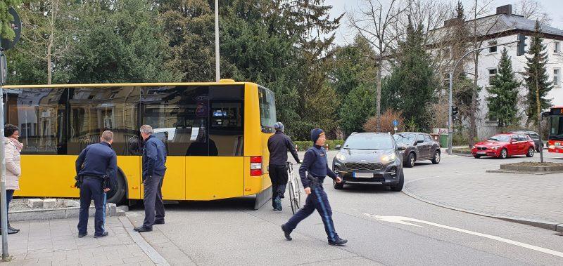 Bus bleibt stecken Gelenkbus verstopft im Berufsverkehr die Landshuter Straße