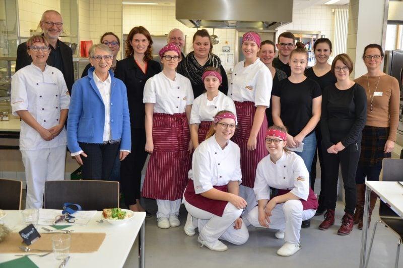 Kochen mit regionalen Produkten – So gut kann Naturschutz schmecken! Landrätin Tanja Schweiger informierte sich über die Juradistl-Weiderind-Projektwoche