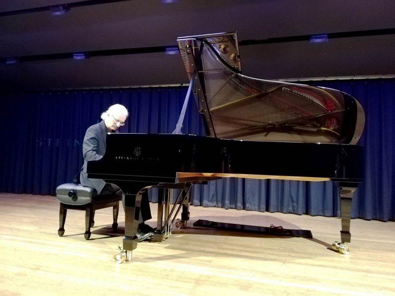 Klangjuwel für die Stadt Neutraubling Ausnahmepianist Stephan König weihte den neuen Steinway-Flügel mit einem Konzert ein