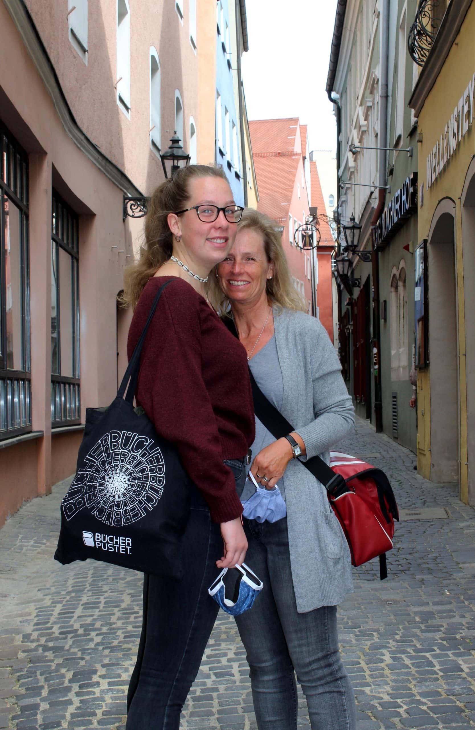 """Sophie ist mit ihrer Mutter Petra in der Tändlergasse unterwegs zum Bummeln und für Besorgungen. Beide genießen es, wieder in der Stadt unterwegs zu sein. """"Wir haben das vermisst."""""""
