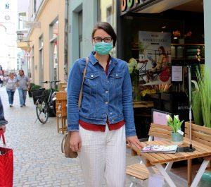 """In der Gesandtenstraße vertreibt sich Anna die Zeit, bis ihr Essen-to-go fertig ist. Auch sie stellt fest, dass in der Altstadt insgesamt wieder mehr los ist. Als Brillenträgerin findet sie die Maske besonders unpraktisch, """"aber wenn es sein muss ...""""."""