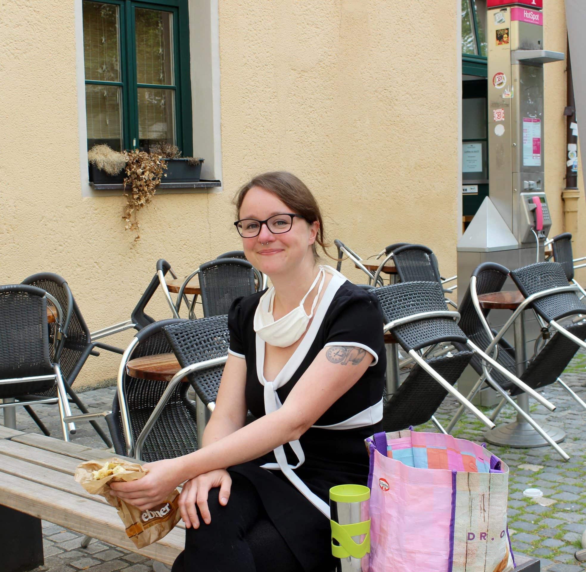 """Genießt die Mittagspause: Buchhändlerin Stephanie hat vor allem soziale Kontakte vermisst und freut sich jetzt umso mehr über Erfolgserlebnisse an ihrem Arbeitsplatz. """"Die Leute sind sehr verständnisvoll"""", stellt sie fest, """"auch wenn es mit Maske noch ungewohnt ist."""""""