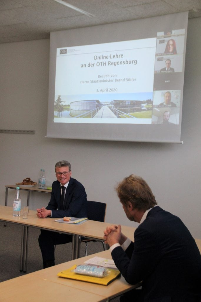 Wissenschaftsminister Bernd Sibler (li.)  und der Präsident der OTH Regensburg  Prof. Dr. Wolfgang Baier (re.) kurz vor  einem per Videokonferenz live übertragenen  Repetitorium