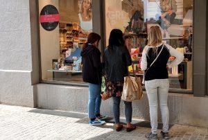 """Seit Montag, 27. April 2020, haben viele Geschäfte in der Altstadt wieder geöffnet. Die Kunden freuen sich über ein Stück """"Freiheit"""""""