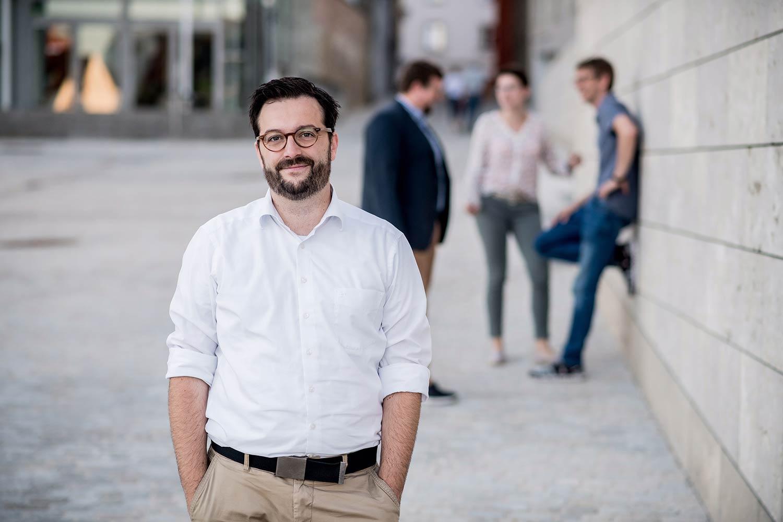 In Beratzhausen wollten drei Kandidaten den Bürgermeistersessel erobern. Wer wird Nachfolger von Konrad Meier? Diese Frage wurde schon im ersten Wahlgang beantwortet. Meiers Nachfolger ist Matthias Beer von der CSU. Er holte 64,09 Prozent der Stimmen. Die Wahlbeteiligung lag bei 74,94 Prozent.