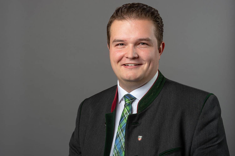 Bernhardswalds Bürgermeister Werner Fischer (CSU) wird es freuen. Auch nach seinem Rückzug bleibt die CSU am Ruder! Schon im Ersten Wahlgang konnte sich Florian Obermeier durchsetzen, er erhielt 52,67 Prozent, gefolgt von Rainer-Michael Rößler (Freie Wähler) mit 35,27 Prozent. Die Wahlbeteiligung lag bei 76,20 Prozent.