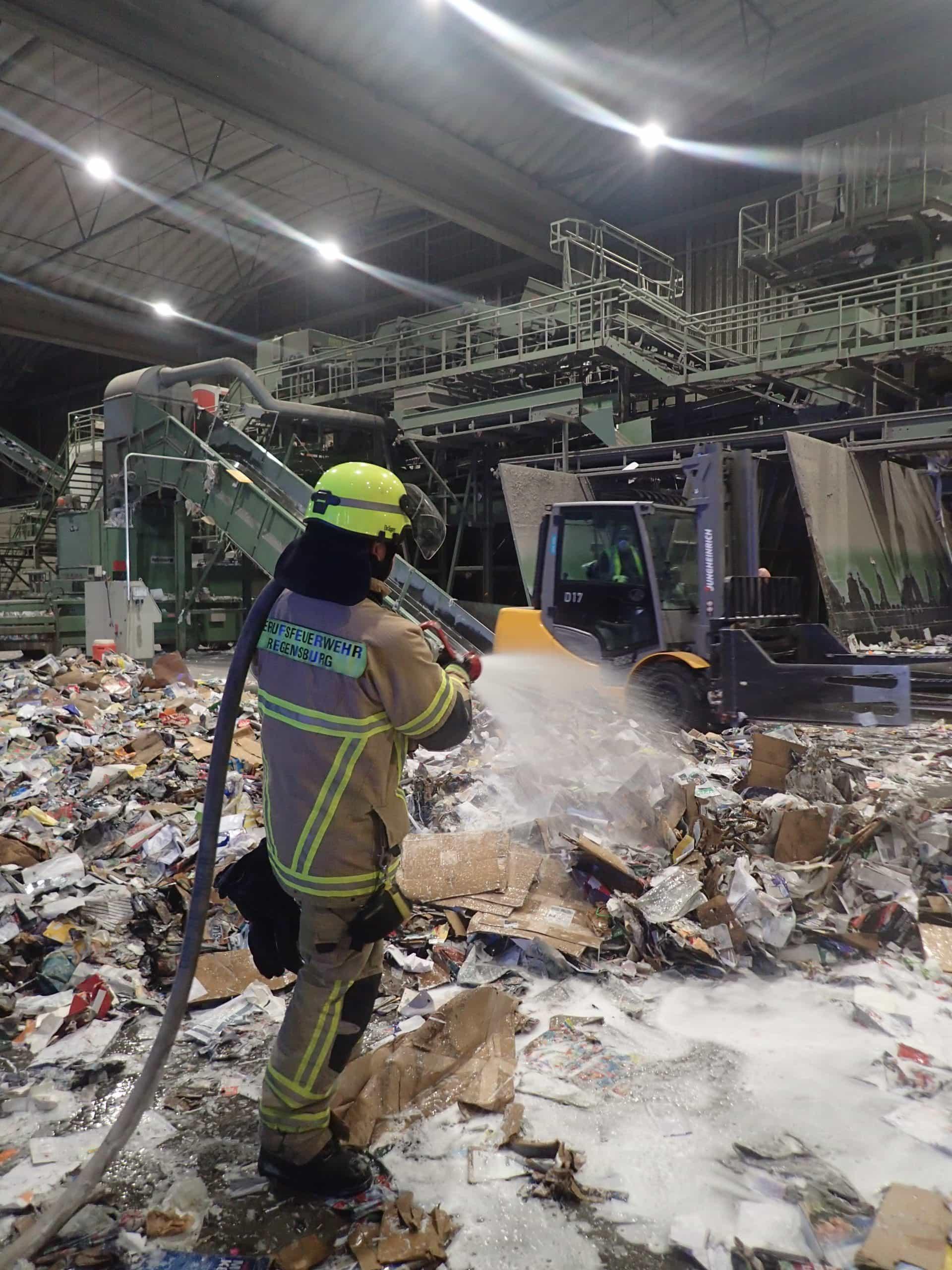Mannshohe Flammen wüten in einem Recyclingbetrieb Löschzug der Regensburger Berufsfeuerwehr rückte in den Stadtosten aus