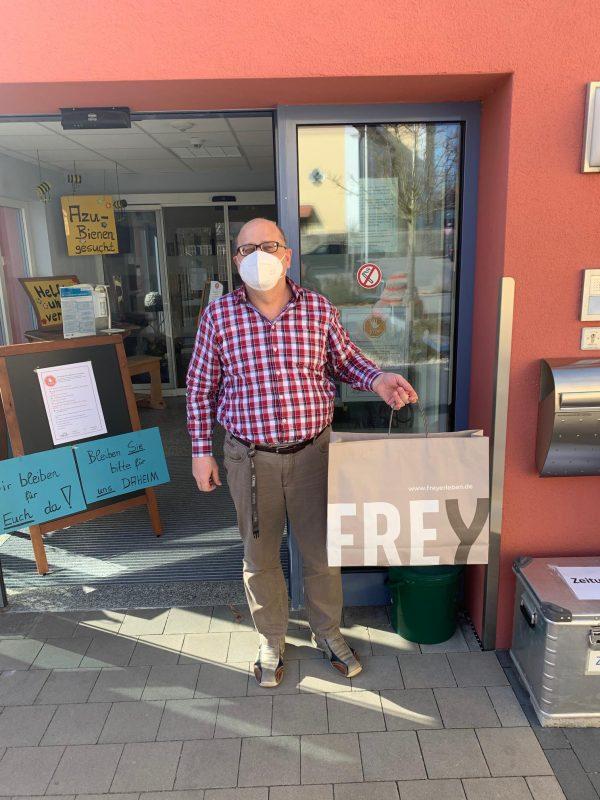 FREY hilft… mit Schutzmasken Das Chamer Modekaufhaus hat seine Schneidereien aktiviert und unterstützt nun Pflegeheime, Kliniken und Co. Die handgefertigten Schutzmasken helfen, das Corona-Virus nicht weiter zu verbreiten.