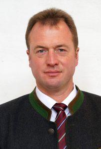 """Andreas Beer ist seit 2014 Bürgermeister in Holzheim am Forst. 2020 trat er ohne Gegenkandidat an. Aber """"nur"""" 68,30 Prozent der Wählerinnen und Wähler stimmten für Beer. 31,70 Prozent der Stimmen fielen auf Personen, die von Wählerinnen und Wählern auf den Stimmzettel geschrieben worden sind. Die Wahlbeteiligung lag bei 78,24 Prozent."""