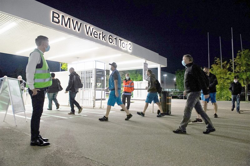 Die Mitarbeiter kommen zum Wiederanlauf ins Werk Regensburg – und halten sich diszipliniert an die Abstandsmarkierungen