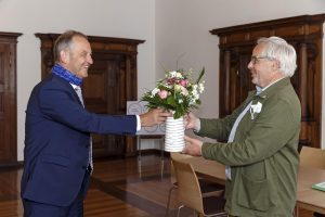 Ludwig Artinger erhält Blumen von Amtsvorgänger Jürgen Huber