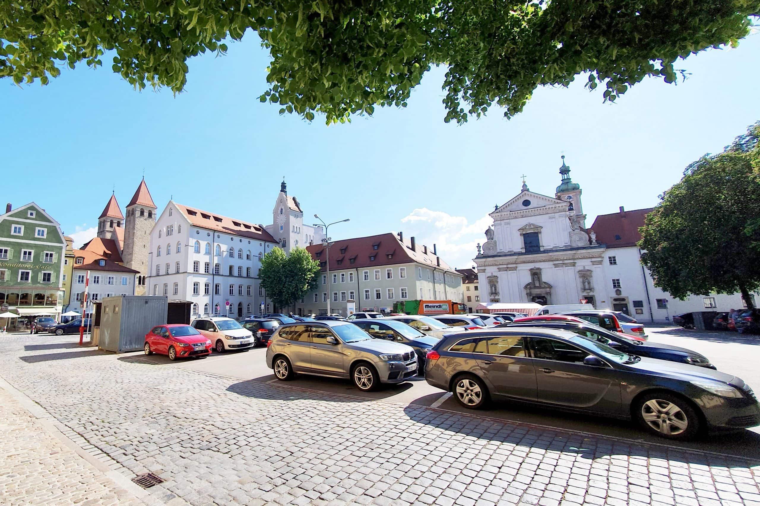 Regensburger Kaufleute fordern Unterstützung Parkfläche statt Marktplatz, Autos statt Fußgängerzone: Die Politik hält dagegen