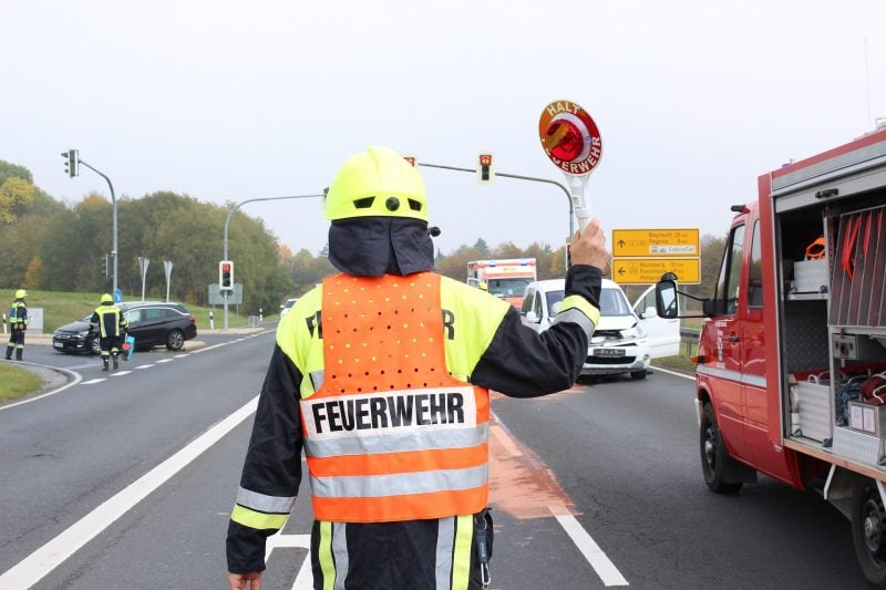 Feuerwehrmann regelt Verkehr nach Unfall