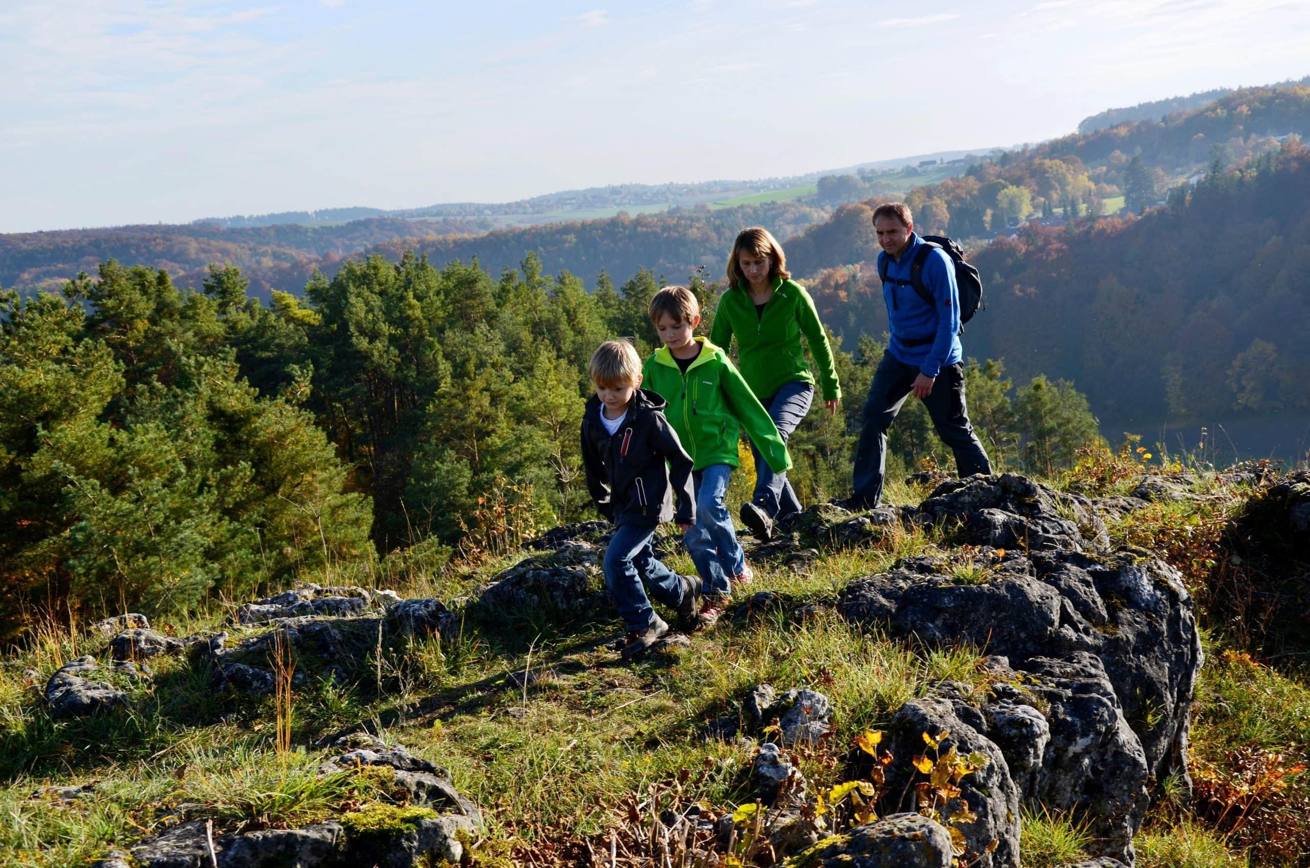 Auf den Spuren von Rittern Burgensteig im Tal der Schwarzen Laber im Rennen um schönsten Wanderweg