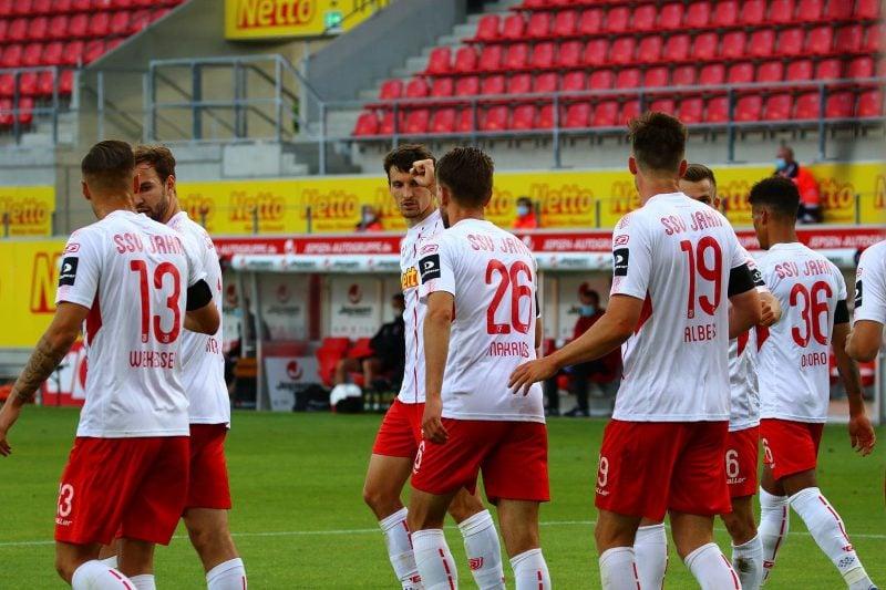 Gelassen in die letzte Phase Gegen Karlsruhe 40-Punkte-Marke geknackt: Klassenerhalt für die Jahnelf