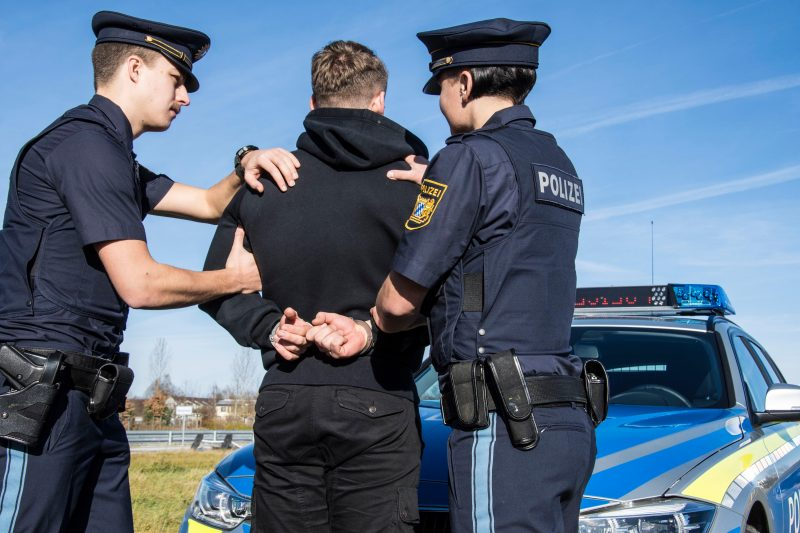 Arztpraxis im Landkreis Regensburg erpresst  Kriminalpolizei Regensburg nimmt Erpresser bei Geldübergabe fest