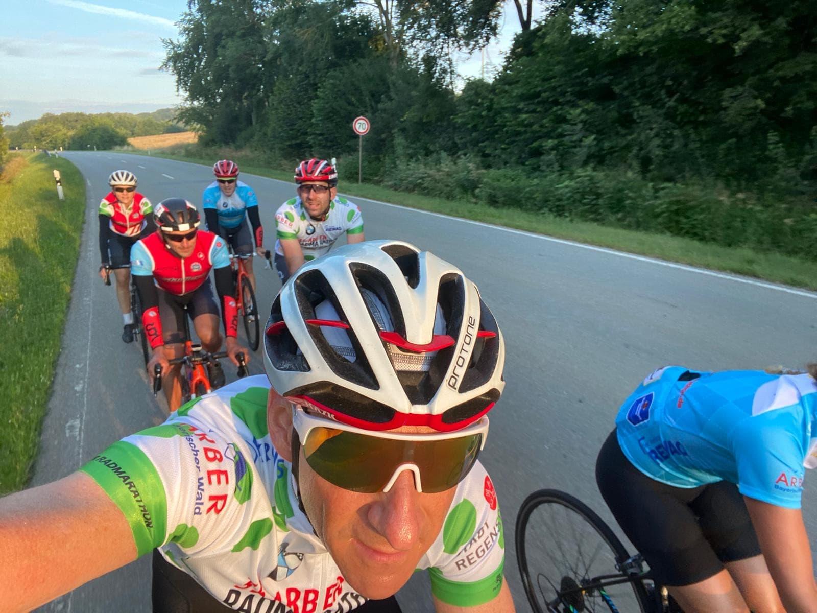 Der 36. Arber Radmarathon ist erfolgreich angelaufen. Zum Start waren bereits mehr als 1.000 Radsportbegeisterte angemeldet / Erlös geht an Sternstunden e.V.