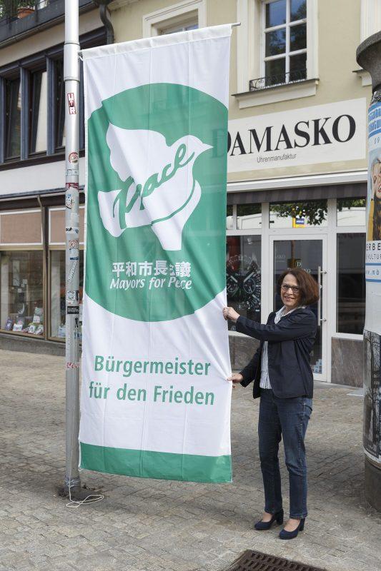 Bürgermeisterin hisst Friedensflagge Flaggentag der Mayors for Peace – auch in Regensburg