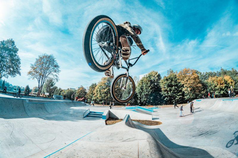 Sportliche und kreative Workshops für Jugendliche In den Sommerferien BMX-Rad fahren, skaten oder sprayen