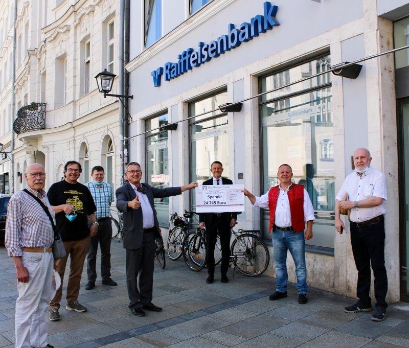 Scheck über 24.745 Euro überreicht Mehr als 100 Spender sammelten zusammen mit der Raiffeisenbank für den letzten Straßenbahnzug Regensburgs