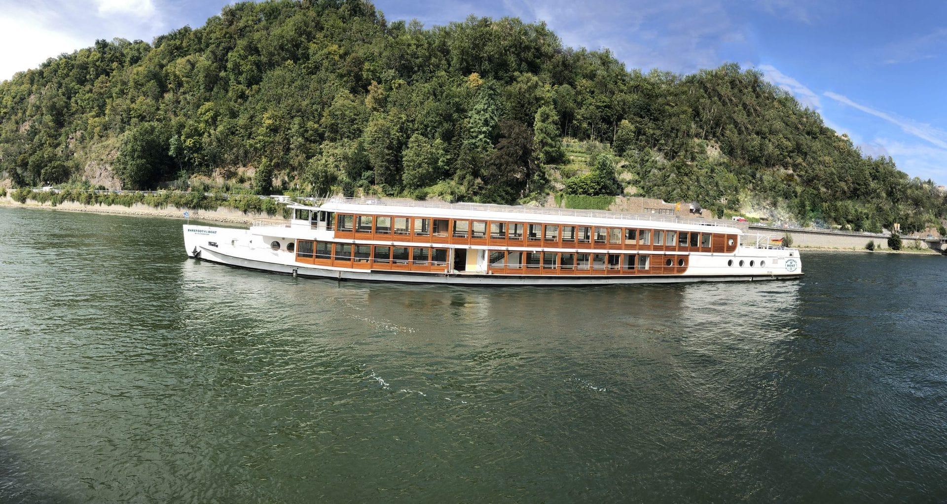 Volle Kraft voraus! Das Barefoot Boat by Til Schweiger kommt nach Regensburg Das neue Schiff der Donauschifffahrt Wurm & Noé nimmt Ende September fahrt auf