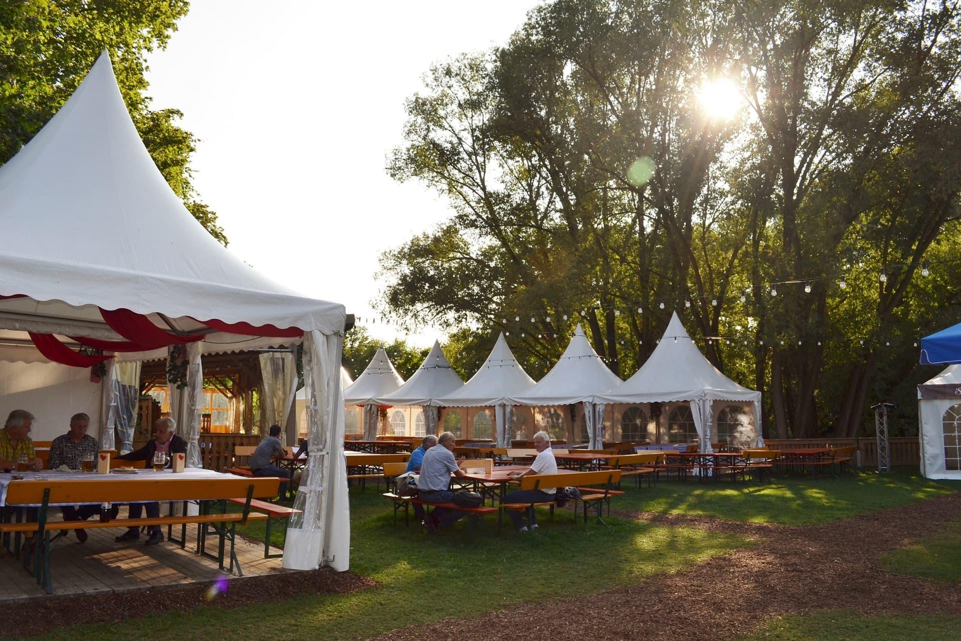 Festwirtsfamilie Hahn feiert Kirchweih im Regensburger Stadtpark Leckere Schmankerl und zünftige Wirthausmusik warten auf die Gäste