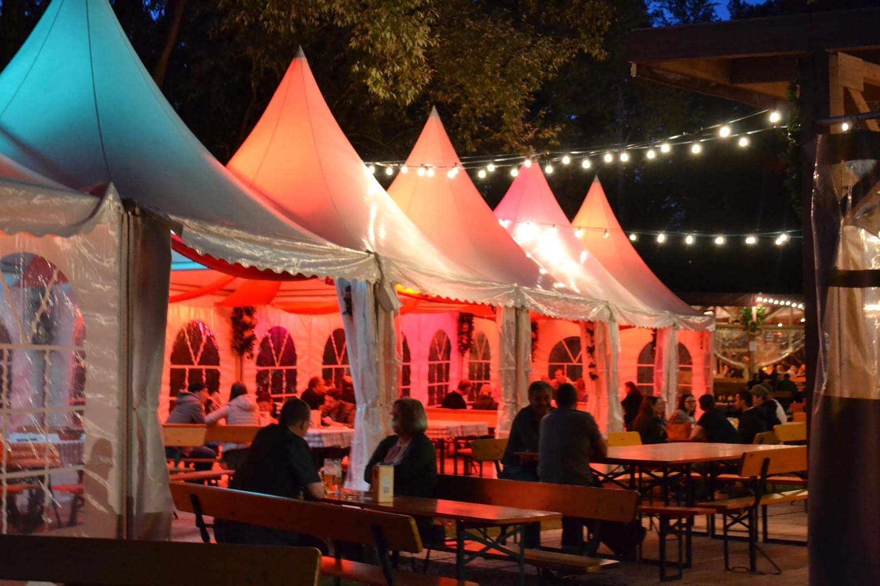 Gemütliche Hahn-Zeltchen im Regensburger Stadtpark Mit Decken und desinfizierbaren Sitzkissen schafft Festwirt Michael Hahn eine ganz besondere Atmosphäre.