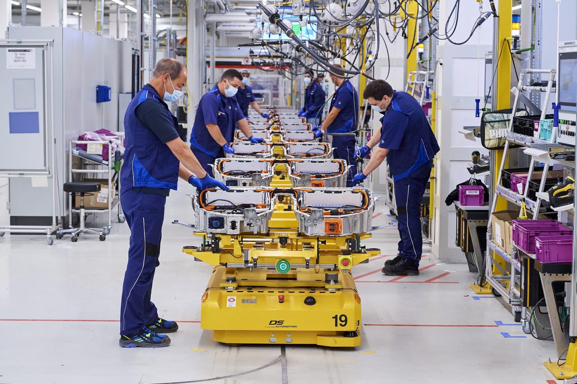 BMW Group Werk Regensburg fertigt ab 2021 Antriebskomponenten für elektrifizierte Fahrzeuge Drei Standorte produzieren künftig Hochvoltbatterien und Batteriekomponenten: Dingolfing, Leipzig und Regensburg